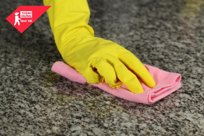 Làm sạch sàn nhà đá hoa cương